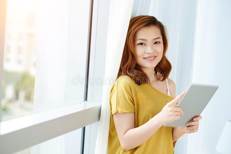 Kobieta z pastylką zdjęcie stock