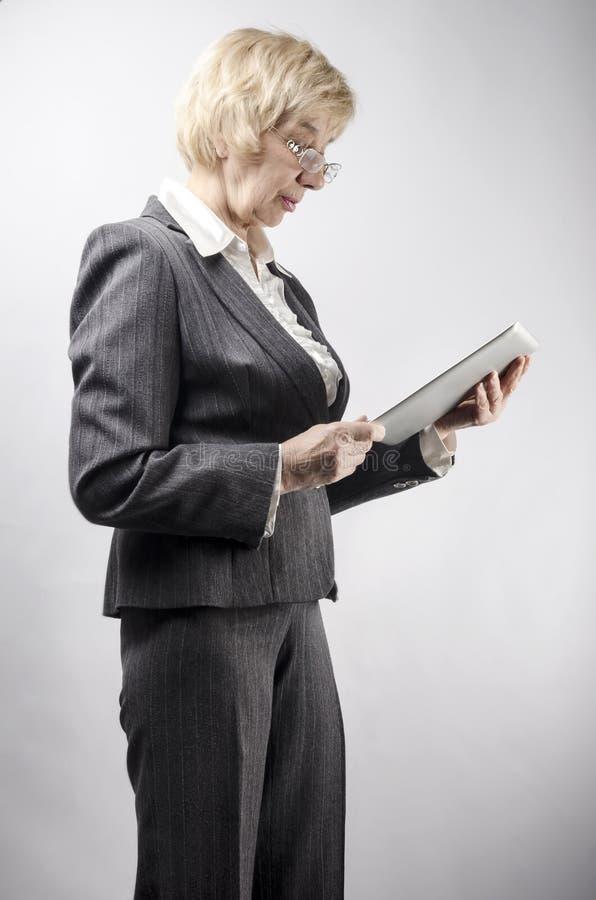 Kobieta z pastylka komputerem osobistym fotografia royalty free