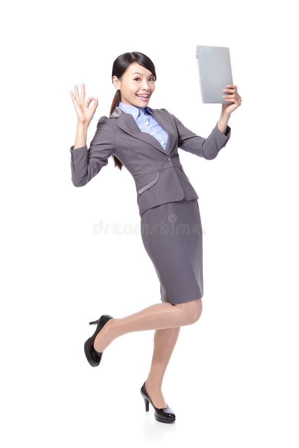 Kobieta z pastylka pecetem i ok ręka podpisujemy obrazy royalty free