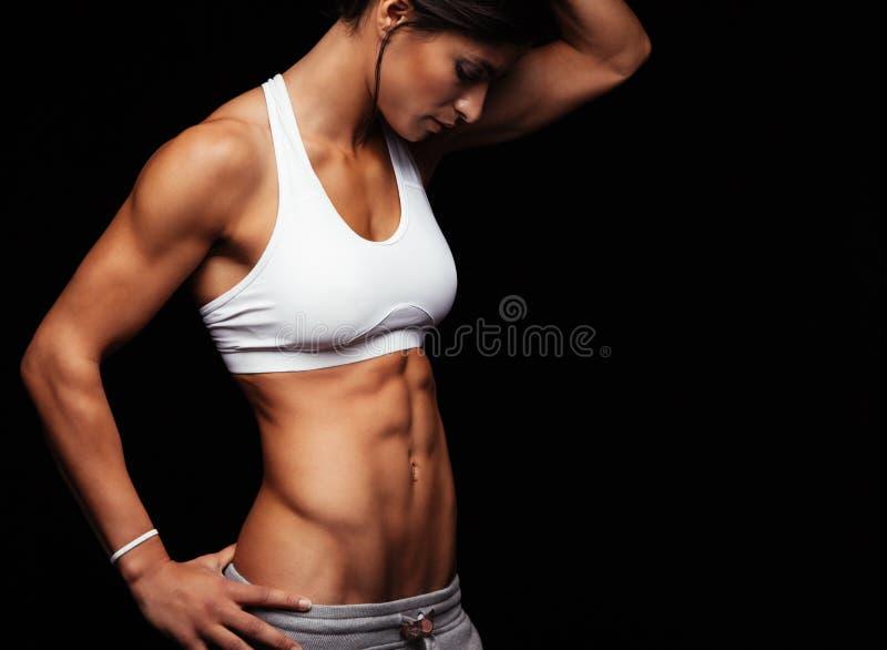Kobieta z perfect podbrzusze mięśniami fotografia stock