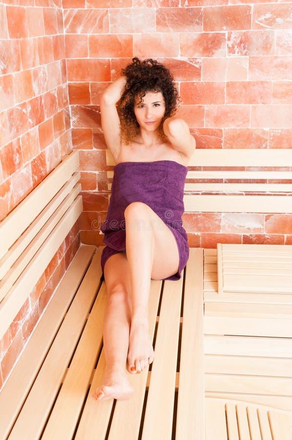 Kobieta z perfect skóry obsiadaniem relaksował w sauna pokoju fotografia stock