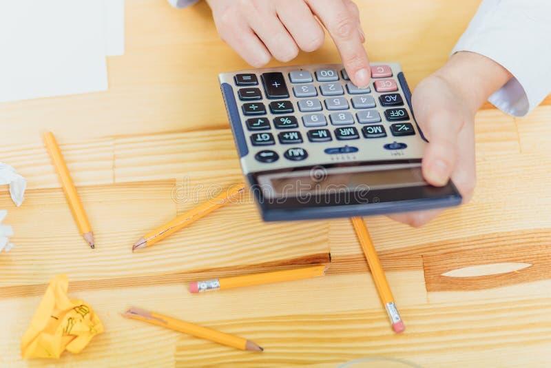 Kobieta z pięknymi rękami pracuje na klawiaturze w biznesowym biurze i kalkulatorze zdjęcia stock