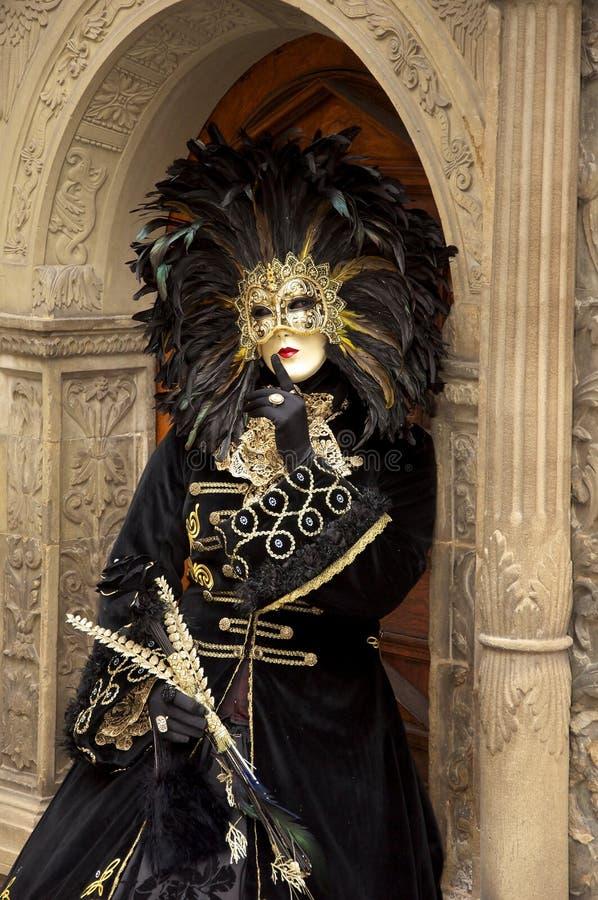 Kobieta z piórko maską fotografia stock