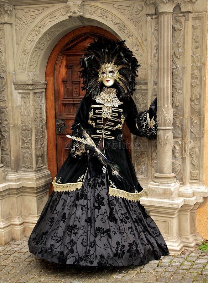 Kobieta z piórkowym kostiumem w Wenecja obrazy royalty free
