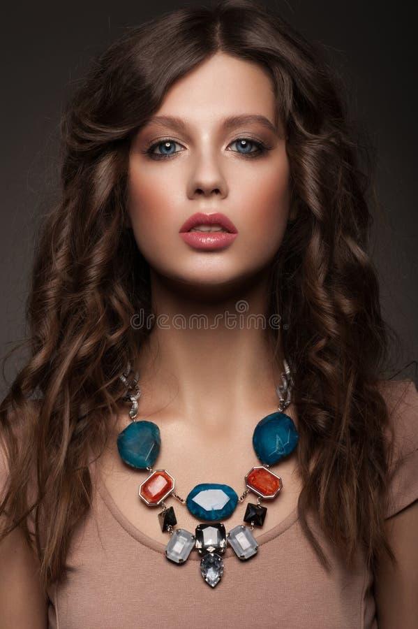 Kobieta z piękną kolią zdjęcie stock