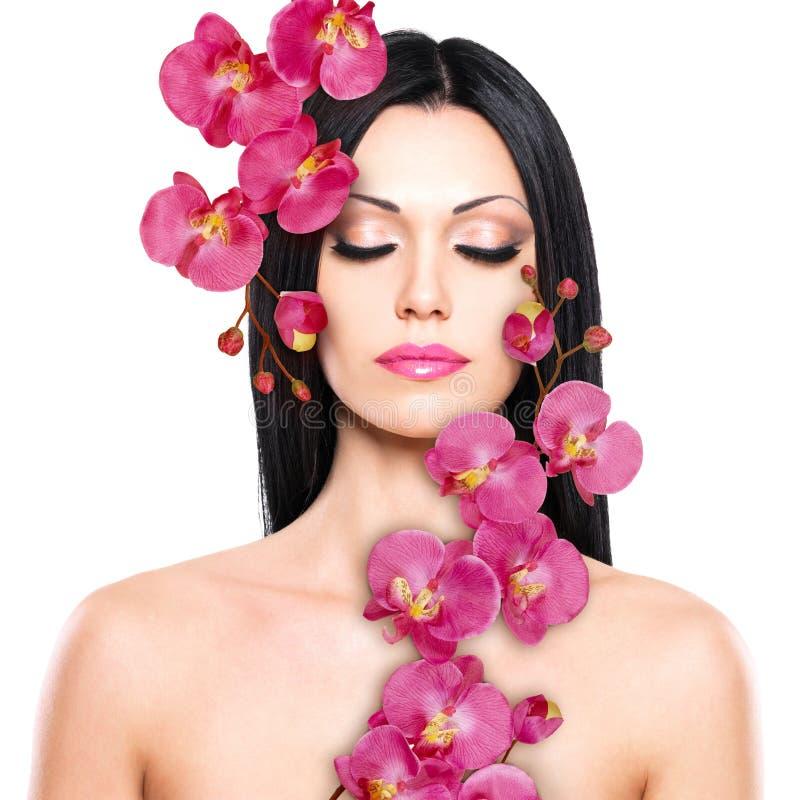 Kobieta z piękną twarzą i świeżymi kwiatami zdjęcia royalty free
