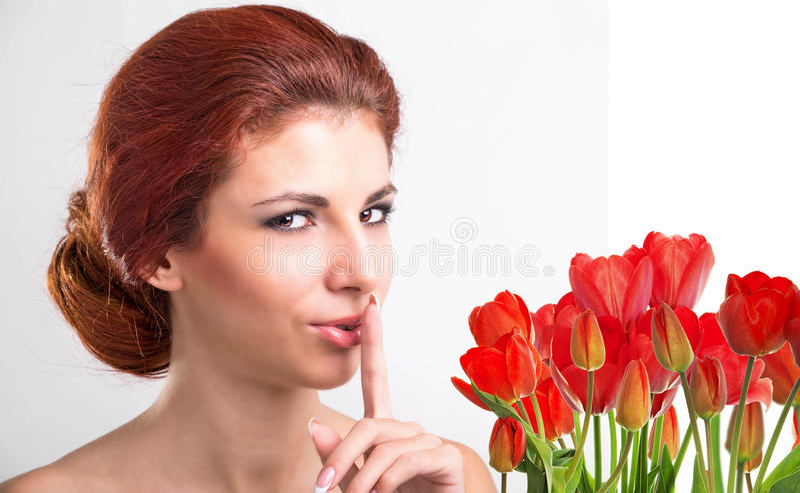 Kobieta z Pięknego bukieta świeżymi czerwonymi tulipanami zdjęcie royalty free