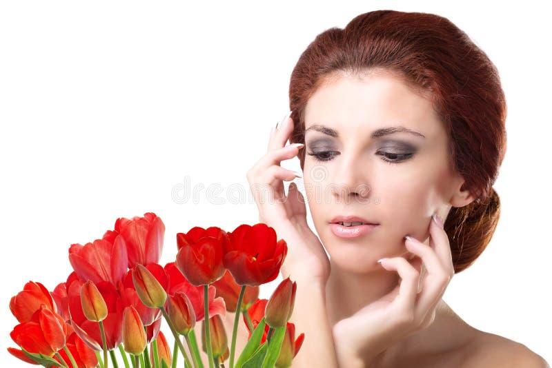Kobieta z Pięknego bukieta świeżymi czerwonymi tulipanami zdjęcia royalty free
