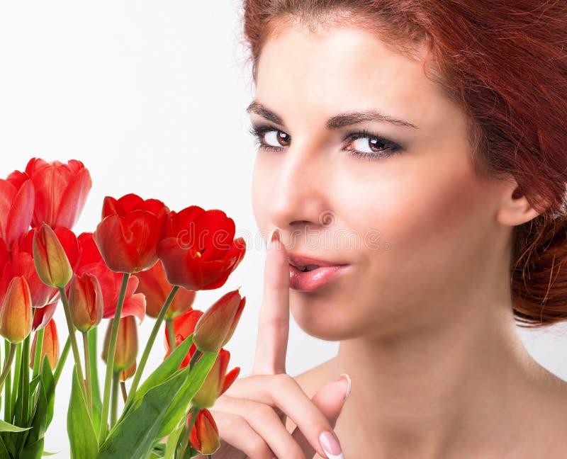 Kobieta z Pięknego bukieta świeżymi czerwonymi tulipanami obrazy royalty free
