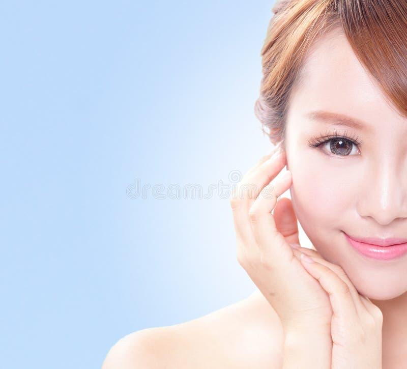 Kobieta z piękno twarzą i perfect skórą fotografia royalty free