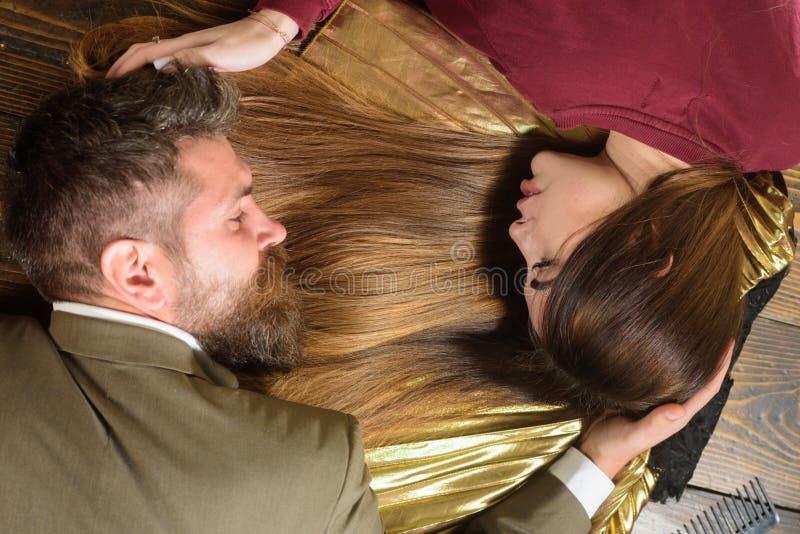 Kobieta z piękny długie włosy z mężczyzną z długą brodą na drewnianym tle zdrowy długo włosów Mody ostrzyżenie zdjęcia royalty free