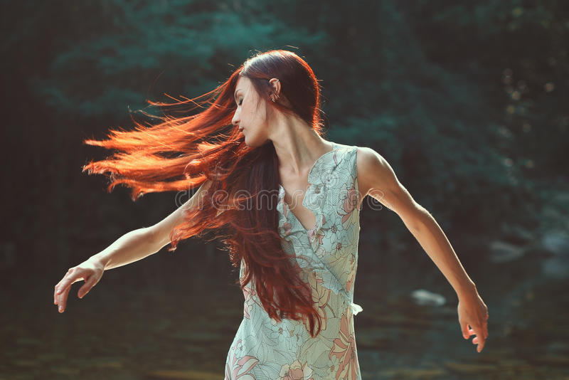 Kobieta z pięknym podmuchowym włosy fotografia stock