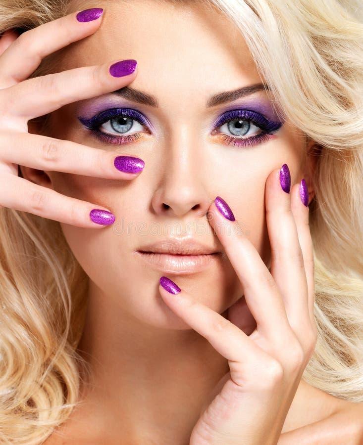 Kobieta z pięknymi gwoździami i oka makeup obraz stock