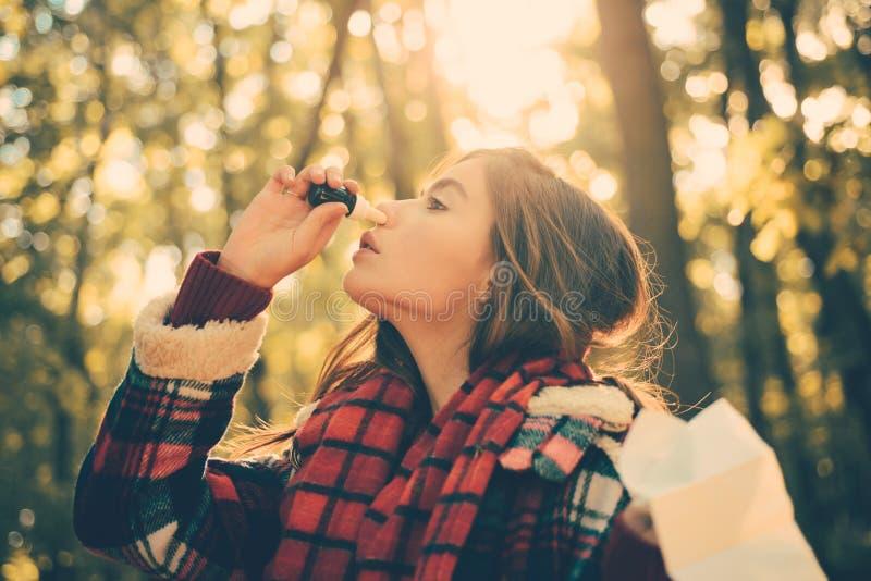 Kobieta z pieluchy kichnięciem w żółtym parku Żeńska Czuciowa choroba Z bieg nosem Używać Sinus lekarstwo Dla Blokujący fotografia royalty free