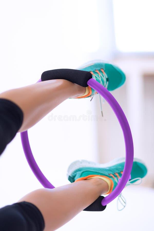 Kobieta z Pilates joga pierścionkiem fotografia stock