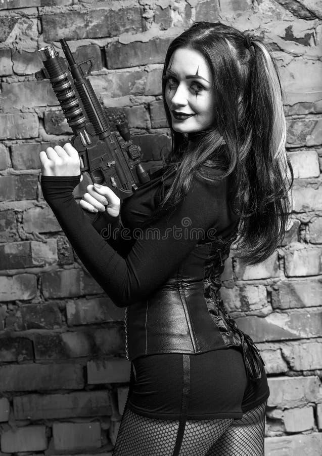 Kobieta z pistoletem na Halloweenowym przyjęciu niegrzeczna dziewczynka zdjęcie stock