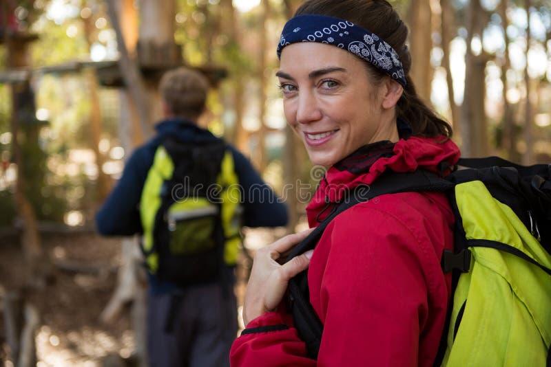 Kobieta z plecaka mężczyzna uśmiechniętym odprowadzeniem w tle zdjęcie stock