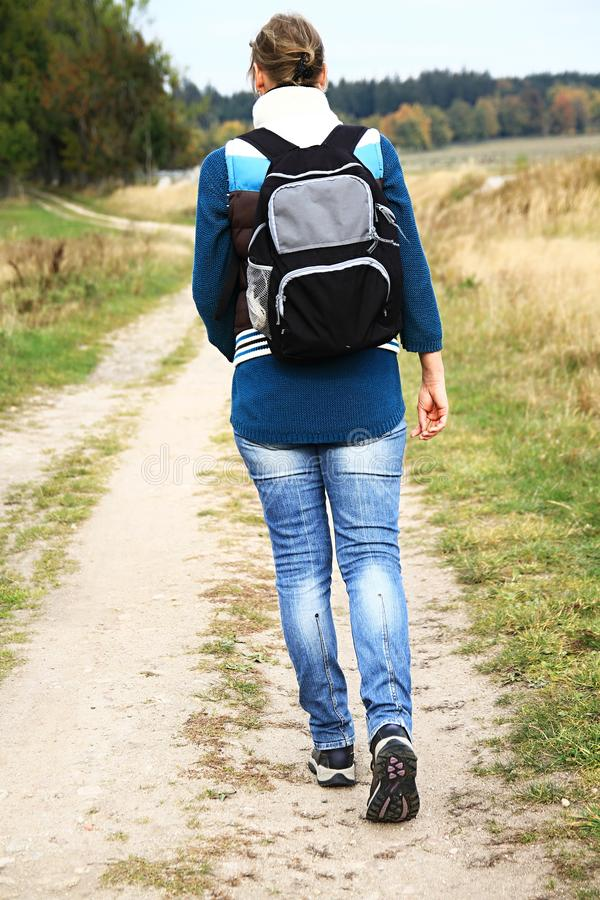 Kobieta z plecaka odprowadzeniem zdjęcie stock