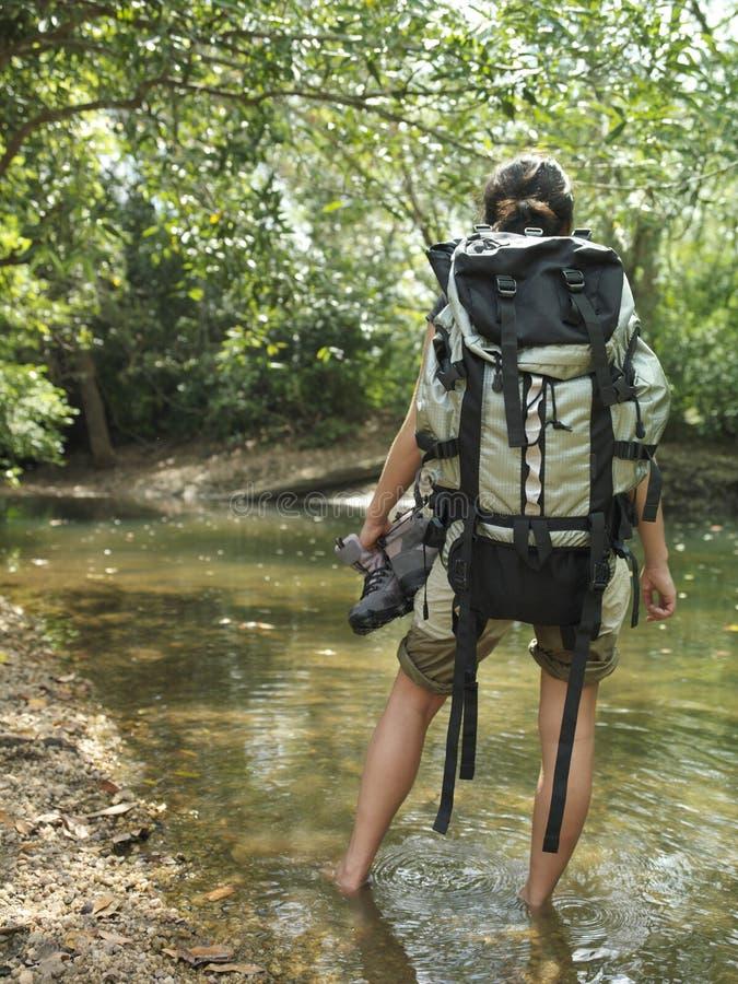 Kobieta Z plecaka odprowadzeniem W las wodzie obrazy royalty free