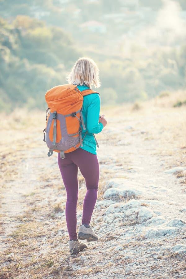 Download Kobieta z plecakiem zdjęcie stock. Obraz złożonej z 1 - 106912772
