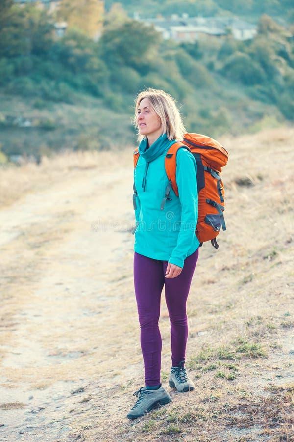 Download Kobieta z plecakiem obraz stock. Obraz złożonej z przygoda - 106912797