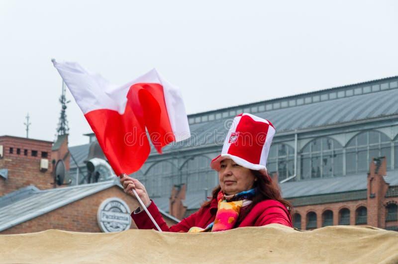 Kobieta z połysk flagą na 100th rocznicie Polski dzień niepodległości obraz royalty free