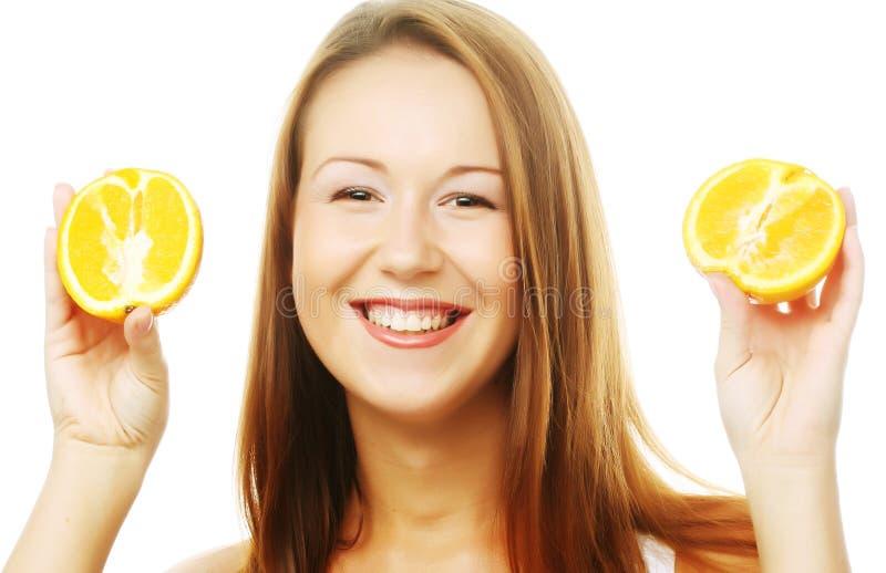 Kobieta z pomarańczami w jej rękach zdjęcia royalty free