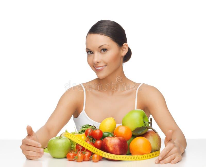 Kobieta z pomiarową taśmą i udziałami owoc fotografia stock