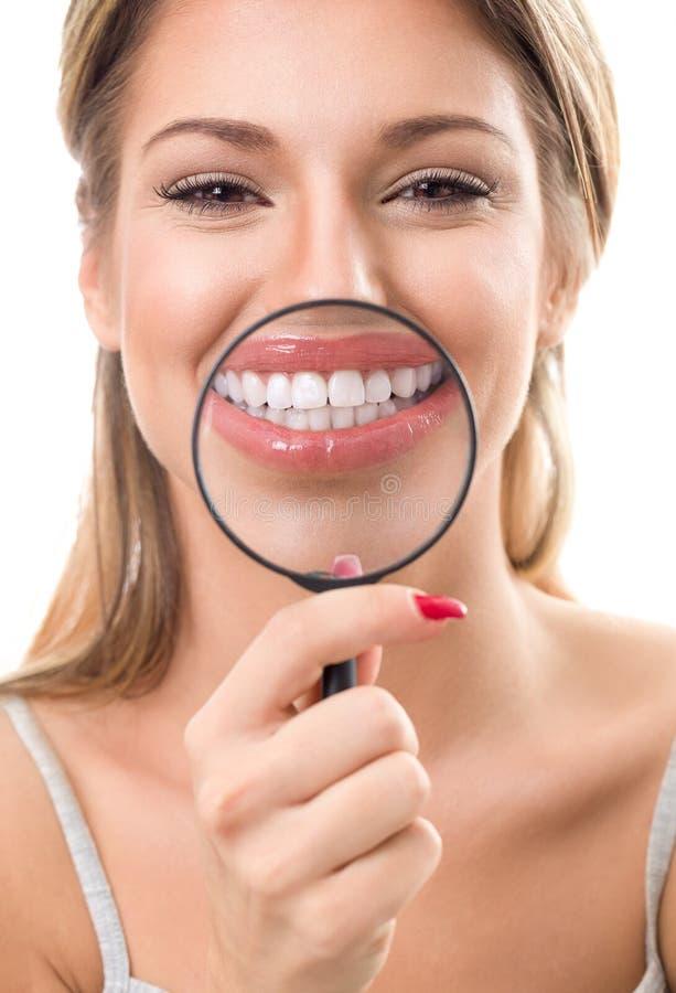 Kobieta z powiększać pokazywać ona perfect zęby obrazy royalty free