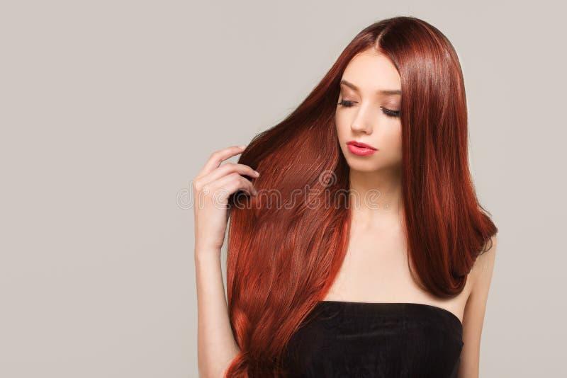 Kobieta z prostym jaskrawym czerwonym włosy Kolorystyka i tonowanie zdjęcia stock