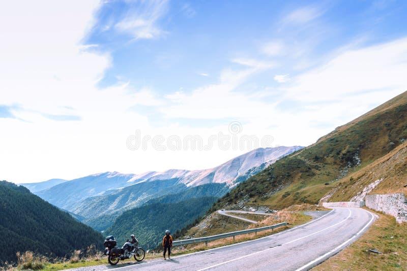 Kobieta z przygoda motocyklem Motocyklu jeździec Wierzchołek halna droga Motocyklisty wakacje Podróży i aktywnego styl życia zdjęcia royalty free