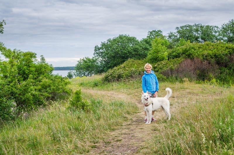 Kobieta z psem na plaży zdjęcie stock