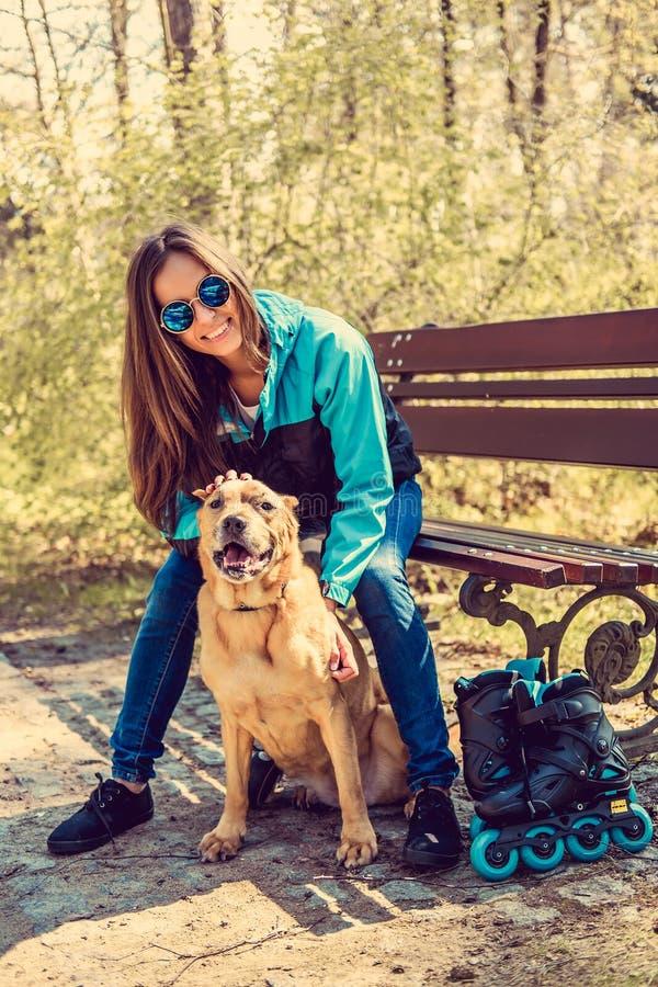 Kobieta z psem w parku fotografia stock