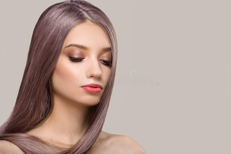 Kobieta z purpurowym jaskrawym w?osianym kolorem r??owy cienie Prosty b?yszcz?cy w?osy zdjęcia royalty free