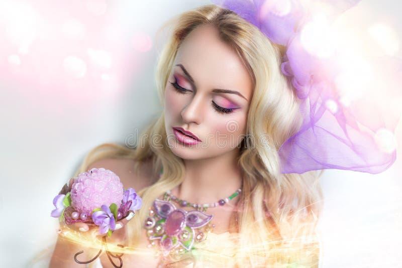 Kobieta z różową biżuterią zdjęcia stock