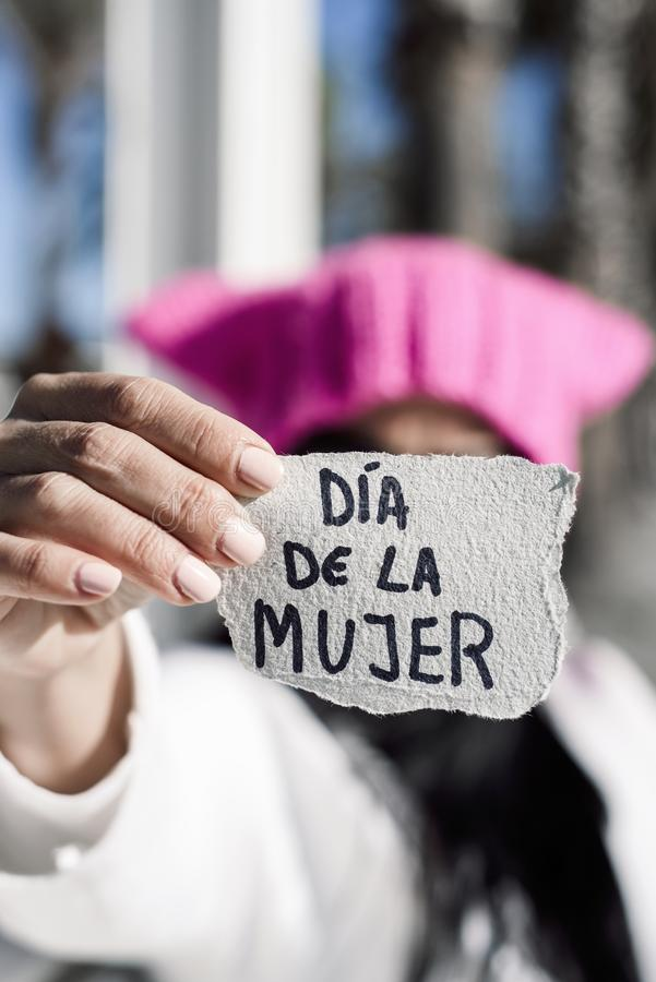 Kobieta z różowym kapeluszu i teksta kobiet dniem w hiszpańskim zdjęcie stock
