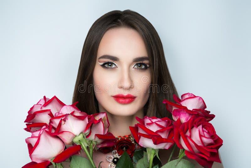 Kobieta z różowymi różami fotografia stock