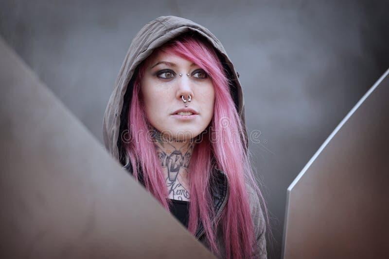 Kobieta z różowymi włosianymi piercings i tatuażami obraz royalty free