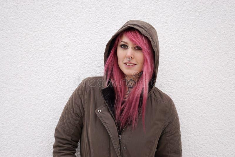 Kobieta z różowymi włosianymi piercings i tatuażami zdjęcia stock