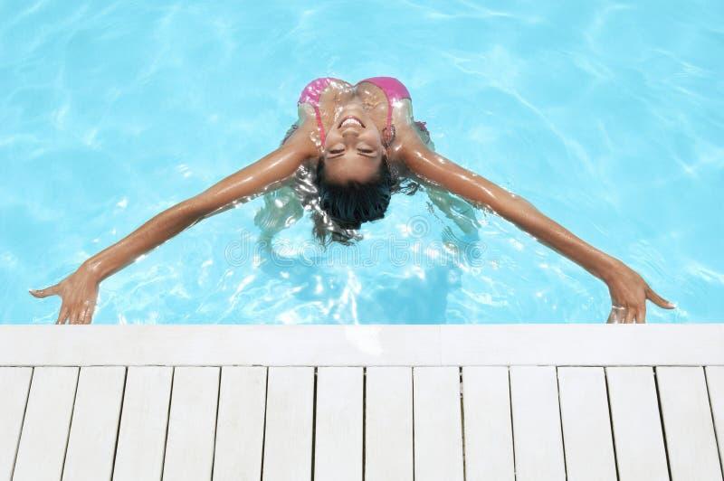 Kobieta Z rękami Szeroko rozpościerać ono Uśmiecha się W Pływackim basenie obraz stock