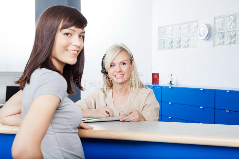 Kobieta Z recepcjonisty plombowania formą Przy dentystą fotografia royalty free