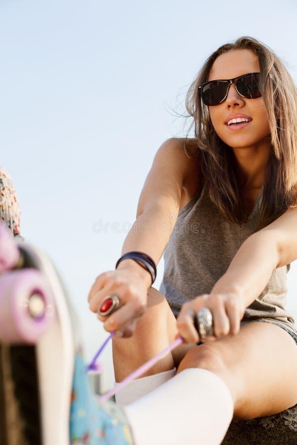 Kobieta z rolkowymi łyżwami fotografia royalty free