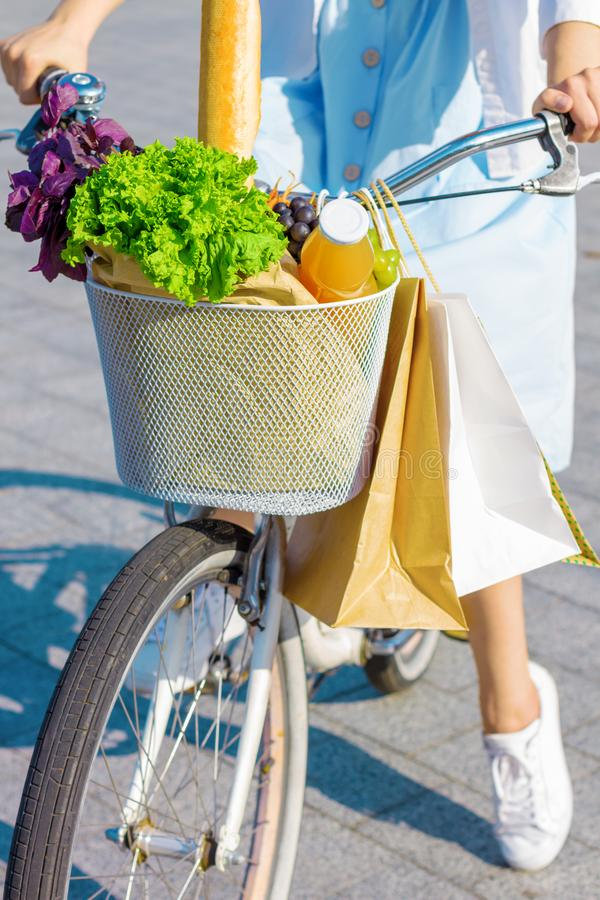 Kobieta z rower jazdą po sklepu spożywczego zdjęcia royalty free