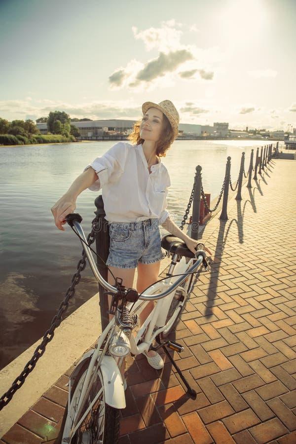 Kobieta z rowerem fotografia stock