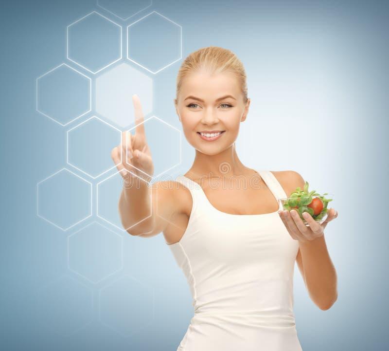 Kobieta z sałatkowym i wirtualnym ekranem obrazy stock