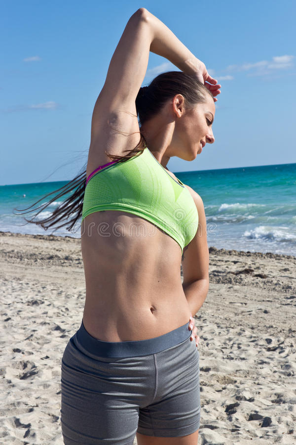 Kobieta z seksownym abs na plaży obrazy royalty free
