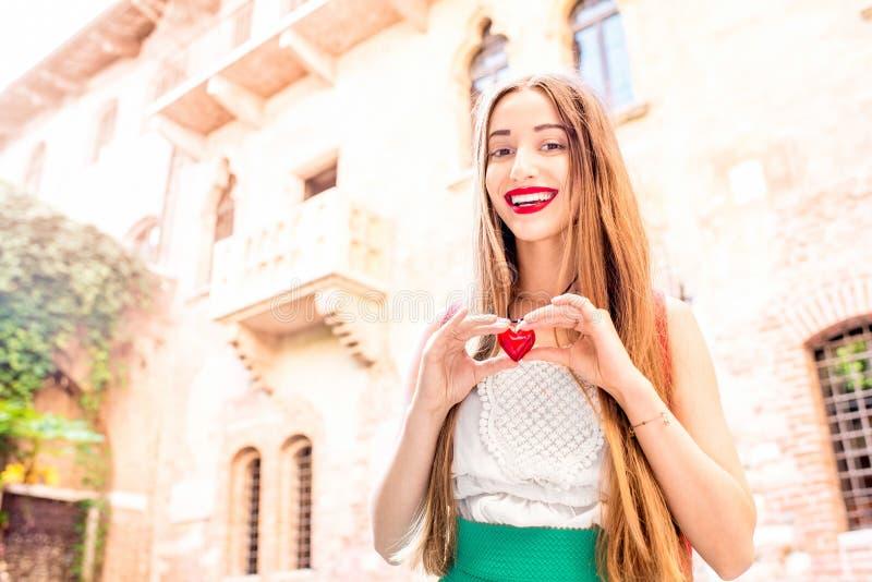 Kobieta z sercem blisko Romeo i Juliet balkonu obrazy stock
