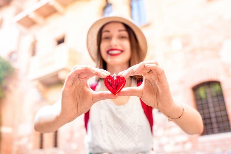 Kobieta z sercem blisko Romeo i Juliet balkonu zdjęcia stock