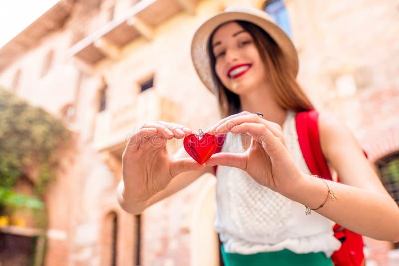 Kobieta z sercem blisko Romeo i Juliet balkonu fotografia royalty free