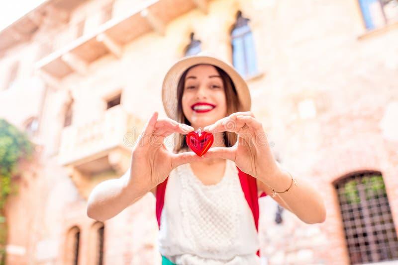 Kobieta z sercem blisko Romeo i Juliet balkonu zdjęcie royalty free